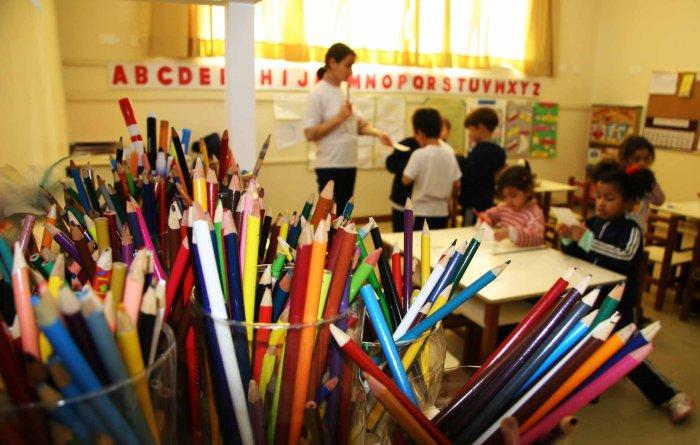 Essa imagem tem um atributo alt vazio; o nome do arquivo é sala-de-aula-lc3a1pis-colorido-crianc3a7as-professora.jpg