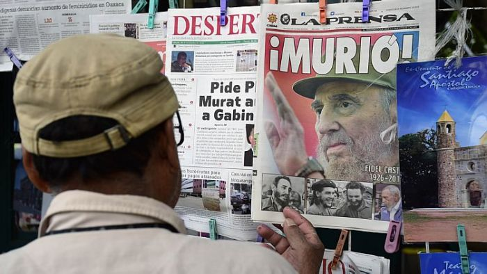 Anúncio da morte de Fidel na banca de jornais em Oaxaca, México.