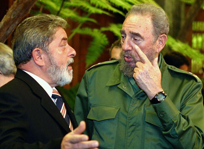 Castro e o ex-presidente do Brasil Lula da Silva (na esquerda) em 2003.