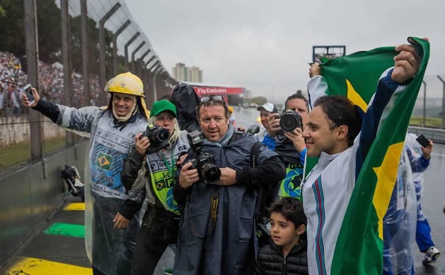 o-piloto-brasileiro-felipe-massa-da-williams-foi-ovacionado-pela-torcida-durante-o-desfile-de-pilotos-realizado-no-autodromo-de-interlagos-neste-13-11-2016-antes-do-inicio-da-corrida-do-gp-b